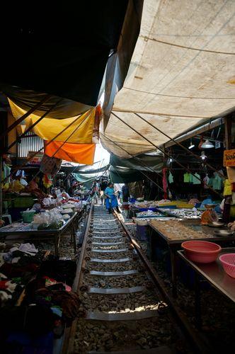Mercado de Mae Klong sobre las vías del tren | Bangkok, Tailandia