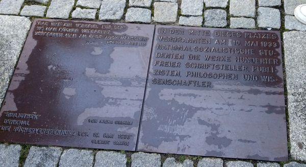 'Allí donde se queman libros se terminan quemando también personas' - Heinrich Heine