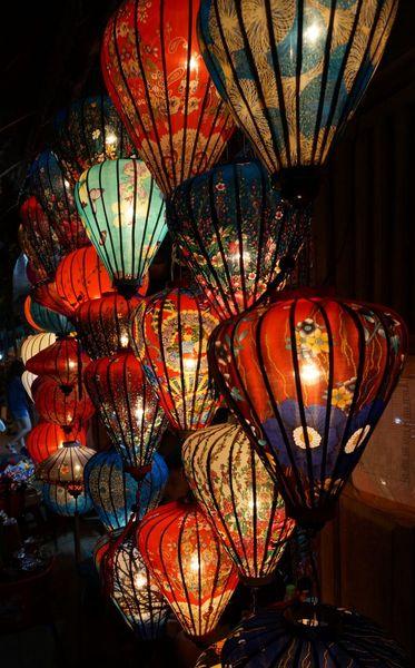 Farolillos de Hoi An encendidos en la noche