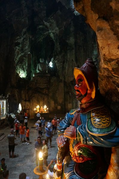 Estatuas y budas dentro de una de las cuevas de las Marble Mountains | Vietnam