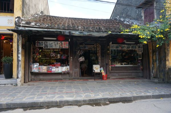 Tienda de souvenir en una de las casas del centro histórico de Hoi An, Vietnam