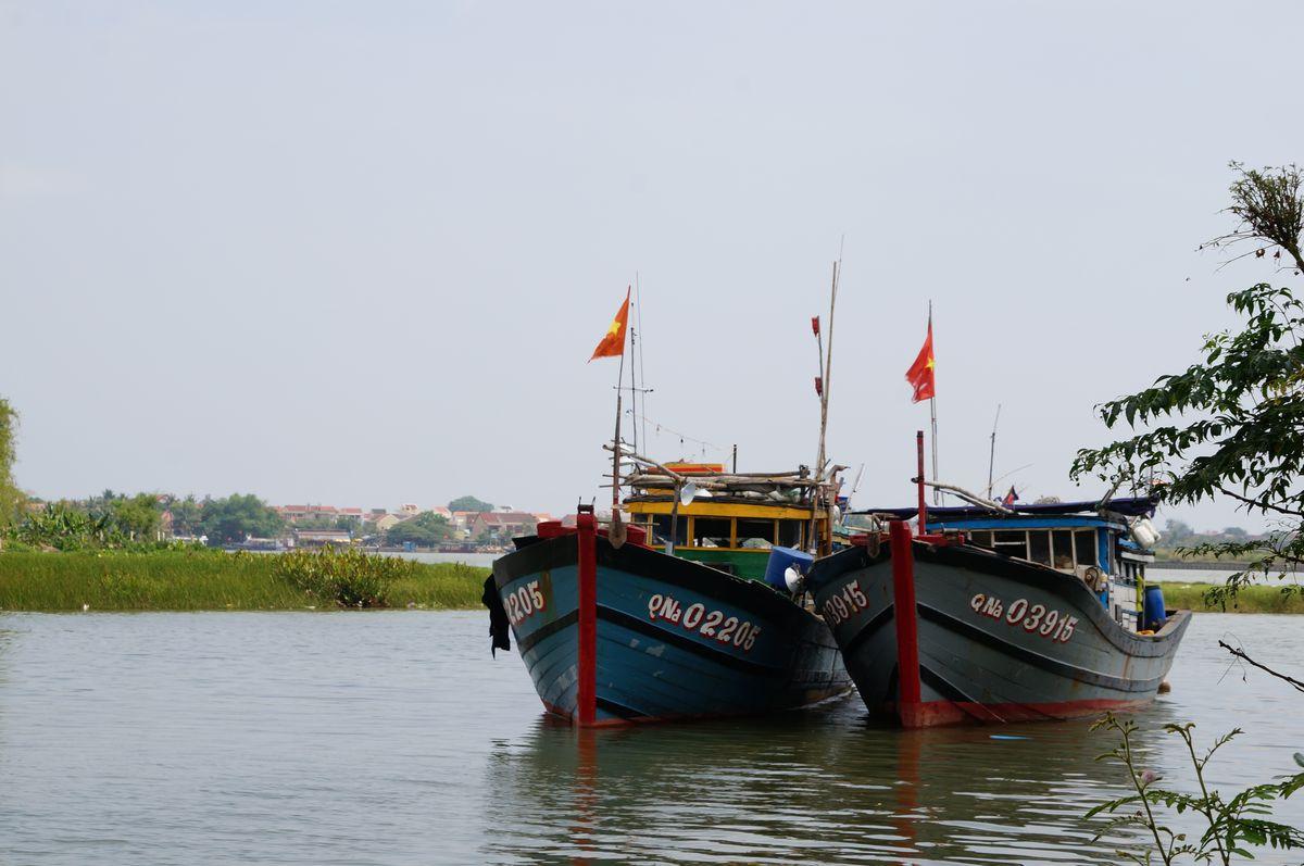 Típicos barcos que construyen en la aldea de Cam Kim, Vietnam