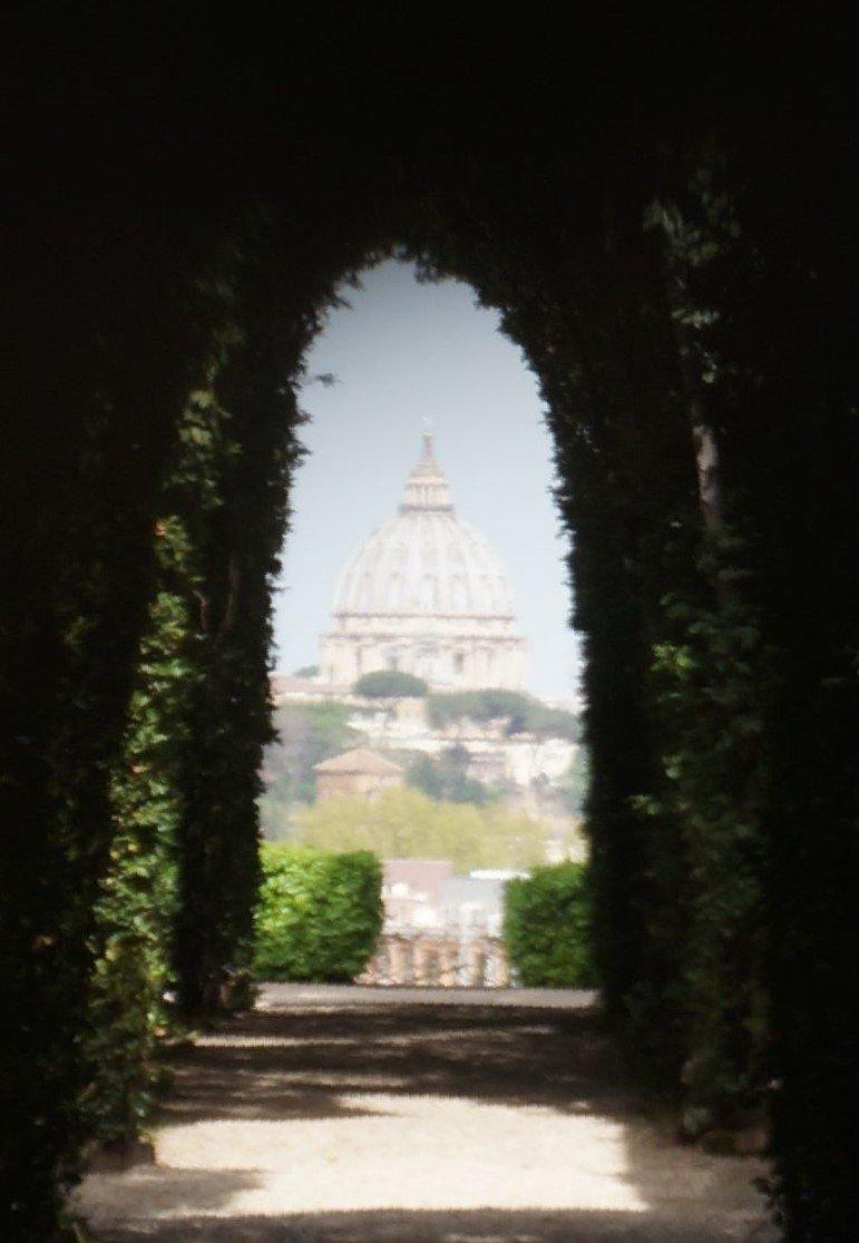 Vistas desde la cúpula de San Pedro desde la cerradura del de la puerta del Priorato de los Caballeros de Malta | Consejos para viajar a Roma