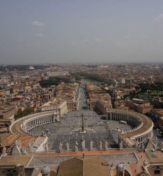La Plz. de San Pedro y la avenida que lleva al río Tiber desde la cúpula de San Pedro | Roma