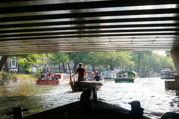 Sailing on the canals of Amsterdam | Navegando por los canales de Amsterdam