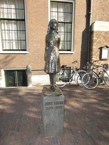 Anne Frank statue - Estatua de Ana Frank | 5 Museos importantes de Amsterdam