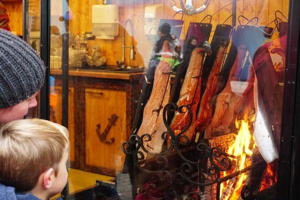 Mercado Navidad Düsseldorf | Puesto de salmón flameado