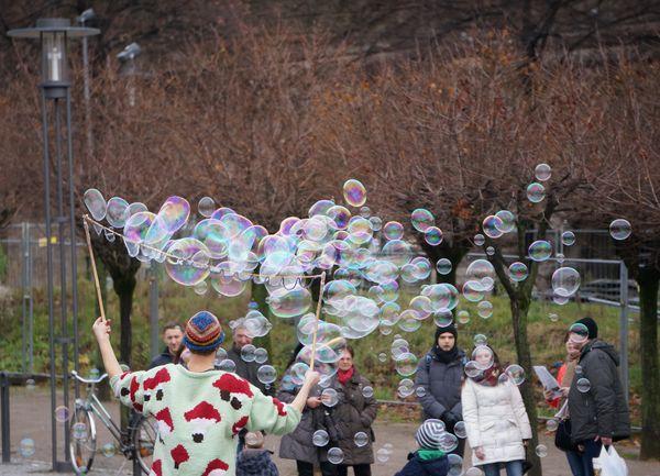 Payaso haciendo burbujas junto al Rin